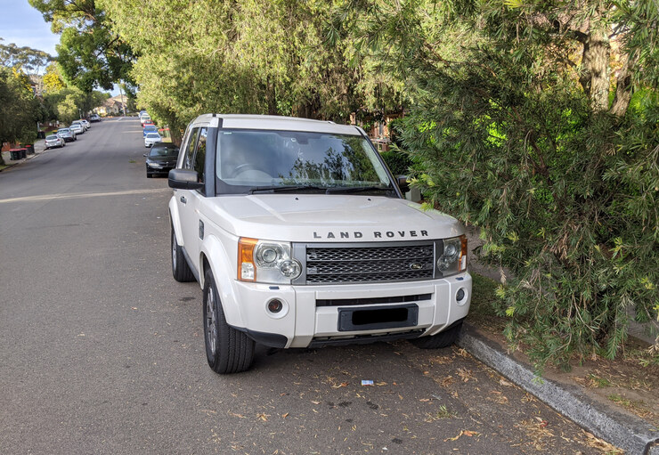 2009 Land Rover Discovery 3 TDV6 SE in Alaska White parked on street